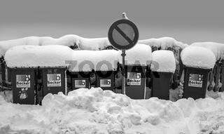 Eingeschneite Abfallbehaelter