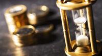 Sanduhr und Münzen Konzept Geldanlage