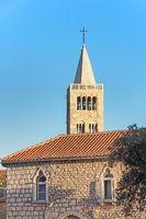 Marienkirche mit Glockenturm in der Altstadt von Rab, Kroatien
