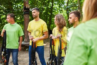 Junge Leute als Anfänger im Kletterwald Kurs