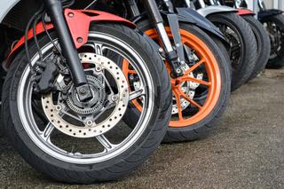 Vorderräder von mehreren Mopeds - Nahaufnahme Bremsscheiben