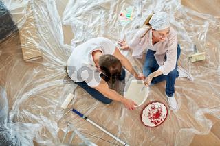 Junges Paar hat spaß beim Renovieren