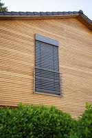 Fenster mit geschlossener Jalousie