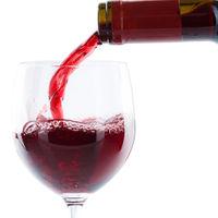 Wein einschenken eingießen aus Weinflasche Rotwein Quadrat freigestellt Freisteller