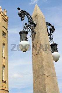 Obelisk mit Laternen