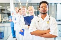 Krankenpfleger mit verschränkten Armen