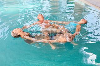 Gruppe Senioren im Kreis im Schwimmbad