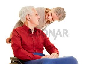 Altes Senioren Paar mit Mann im Rollstuhl