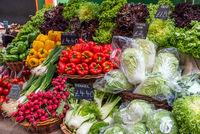 Frisches buntes Gemüse auf einem Markt