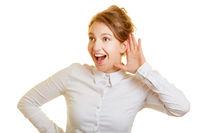 Frau lauscht überrascht einem Gerücht