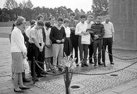 Gruppe der Aktion Sühnezeichen beim Gebet im ehemaligen KZ Sachsenhausen, August 1964