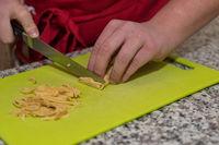 Koch schneidet Palatschinken für eine Pfannkuchensuppe - Nahaufnahme