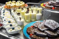 Auswahl an Nachspeisen bei einem Dessert- und Kuchenbuffett