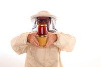 Imker mit zwei Honiggläsern