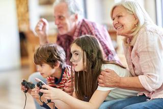 Kinder mit Spielkonsole beim Videospiel Gaming