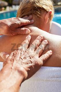 Frau bekommt gesunde Rückenmassage
