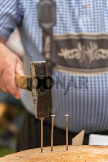 Mann in Tracht mit Hammer