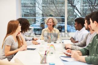 Multikulturelles Business Team beim Meeting