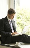 junger Mann mit Computer