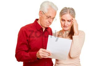 Senioren Paar mit Kündigung oder Rechnung