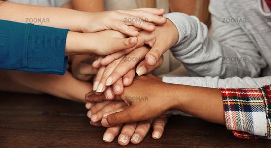 Kinder bilden Stapael Hände als Teamwork Konzept