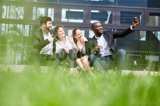 Gruppe Geschäftsleute macht ein Selfie