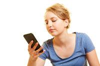 Junge Frau tippt Chat Nachricht auf Smartphone