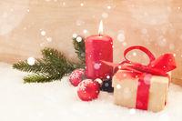 Rote Kerze im Schnee zu Weihnachten