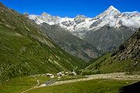 Schutzdeich gegen Schlammlawinen und Geröll oberhalb der Täschalp, Täsch, Wallis, Schweiz
