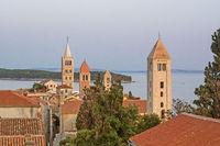 Luftaufnahme der Stadt Rab auf der kroatischen Insel Rab