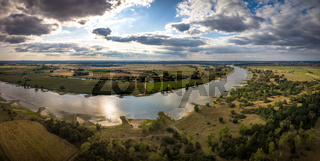 Landschaft bei leicht wolkigem Himmel an der Elbe