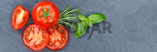 Tomaten mit Basilikum Gemüse von oben Schieferplatte Banner Textfreiraum Copyspace