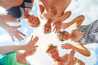 Vitale Senioren haben Spaß im Urlaub