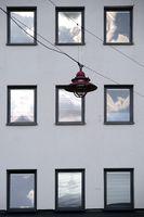 Hängelampe vor den Fenstern eines Wohngebäudes