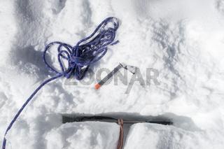 T-Anker in einem Gletscher mit einem Eispickel