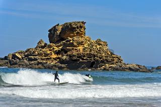Wellenreiter an der Costa Vicentina Küste, Vila do Bispo, Portugal