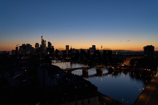 Beleuchtete Skyline von Frankfurt am Main abends