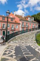 Mosaike in der Pflasterung des Platzes Jardim da Graça, Lissabon, Portugal, Europa