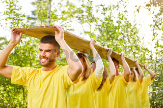 Junge Leute beim Teambuilding Workshop