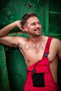 Porträt eines Hemdlosen lächelnden Mannes
