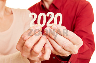 Senioren Hände zeigen Jahr 2020 als Zahl