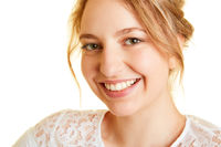 Junge lächelnde blonde Frau