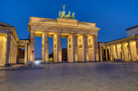 Das berühmte angestrahlte Brandenburger Tor in Berlin