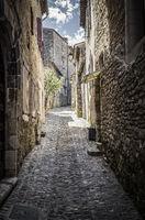 Typische Gasse in der Ortschaft Viviers, Ardeche, Frankreich