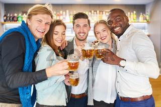 Gruppe multikultureller Freunde beim Bier trinken