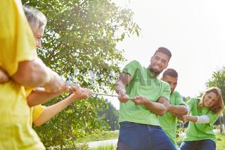 Zwei Mannschaften beim Wettkampf im tauziehen