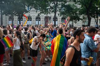 Wien, Oesterreich, Teilnehmer tanzen auf der Euro Pride Parade