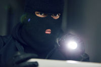 Vermummter Mann als Einbrecher oder Dieb