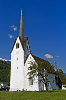 Weisse Kirche vor blauem Himmel, Schweiz