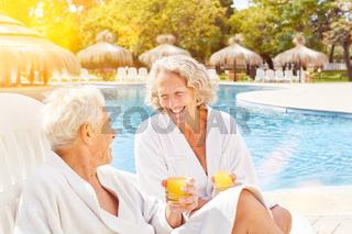 Paar Senioren mit Orangensaft im Wellness Urlaub